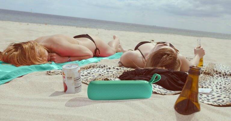 Libratone hojtaler ved stranden