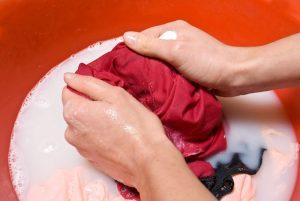 vask tøj i hånden