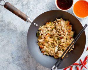 Anvend en stor og bred pande, wok eller frituregryde