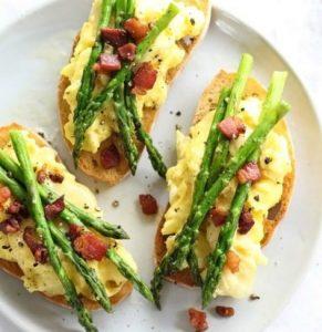roeraeg-og-ristede-asparges-toast