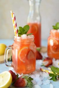 Drik med jordbær og mynte