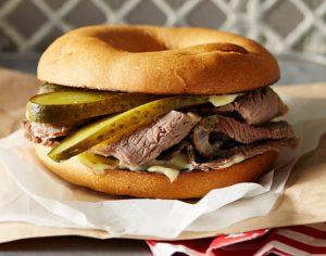 Bagel med salt kød og roastbeef