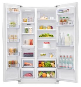 Tilslut ismaskinen på et køleskab