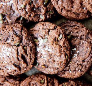 Cookies med chokolade og græskarfrø