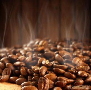 Kaffebønnerne bliver ristet