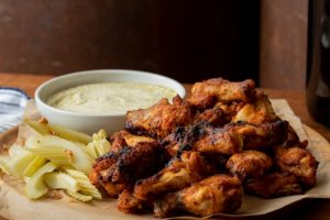 Røgede kyllingevinger med ostesauce