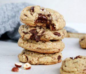 Stora småkakor med choklad och nötter